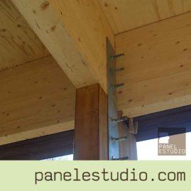 Vigas de madera montadas sobre estructura de madera. www.paneldecubierta.com