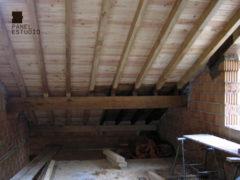Ejecución de cubierta de vivienda con panel de madera BICAPA para forjado perdido con acabado decorativo. Obra nueva de vivienda.