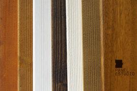 Muestras de teñidos de frisos de madera de los paneles con núcleo aislante para cubiertas.