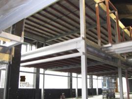 Panel TRICAPA para entreplanta aligerada de madera con acabado decorativo. Estructura en industria.