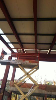 Elevador para colocacón de panel de madera en la cubierta de la escuela infantil de primer ciclo.
