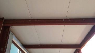 Panel de madera sobre estructura metálica de la cubierta del colegio Campoamor.