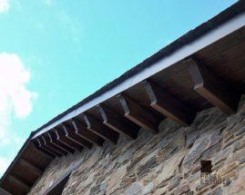Foto de alero formado por panel de madera para cubierta, acabado Nogal. Con núcleo aislante.