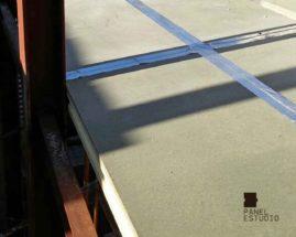 Foto de cinta tapa juntas adhesiva de aluminio sobre tablero superior de aglomerado hidrófugo.