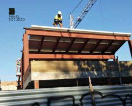 Foto de colocación de panel de madera en estructura metálica.