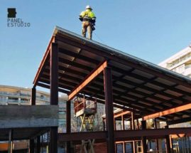 Foto de montaje de panel de madera con núcleo aislante sobre estructura metálica.