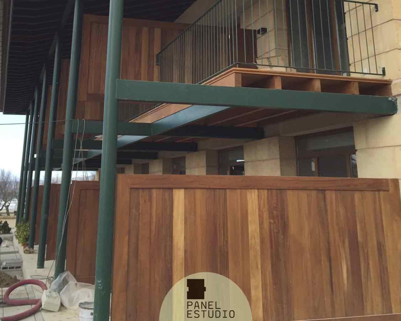 Decoración con madera de Iroko. Panel sandwich con núcleo aislante de cubierta y entreplanta.