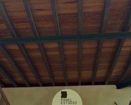 Panel sandwich de cubierta en acabado madera de iroko. Decoración con iroko.