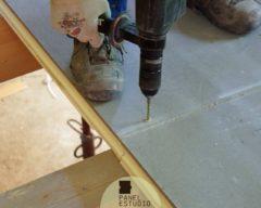 Colocación del panel para entreplanta de friso abeto y con aislamiento.