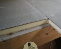 Panel para entreplanta con acabado decorativo y núcleo aislante.