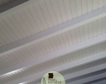 Friso aislante incorporado. Paneles sandwich de madera para tejados con núcleo aislante. Blanco decapé. Paneles Andalucía.