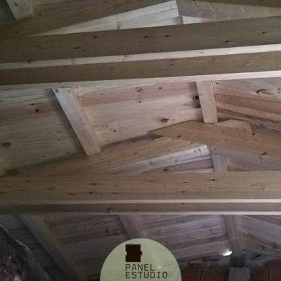 Tejado de estructura de madera natural y panel sandwich de madera sin barnizar. Paneles tejado madera.