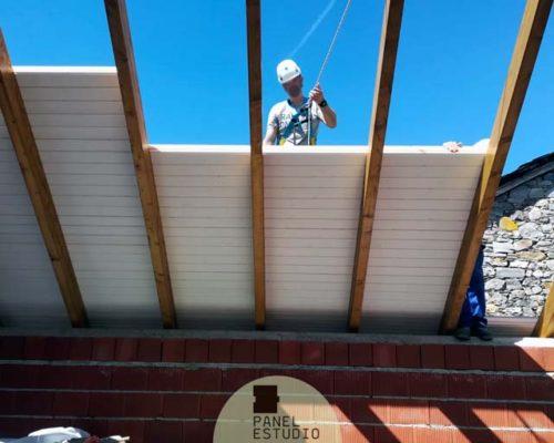 Construcción techo blanco madera.