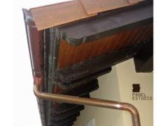 Detalle de alero de cubierta de vivienda con panel de madera BICAPA para forjado perdido con acabado decorativo. Obra nueva.