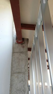 Colocacón de panel de madera sobre estructura metálica para la cubierta del colegio Campoamor.