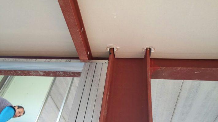 Detalle de colocación de panel de madera en la cubierta del colegio Campoamor.