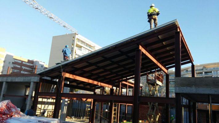 Fase de colocación de panel de madera para la cubierta del colegio Campoamor (Valencia).