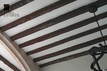 Panel Tricapa para entreplantas aligeradas decorativas en placa de yeso laminado sobre estructura de madera acabado rústico.