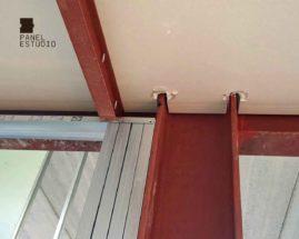 Detalle de montaje de panel de madera acabado decorativo cartón-yeso y estructura metálica.