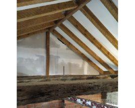 Fase de remate de colocación de panel de madera con núcleo aislante sobre estructura de madera. Construcciones Gurpel..jpg