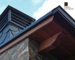 Foto de protector de alero de panel de madera para cubierta con núcleo aislante.
