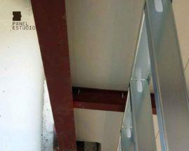 Foto detalle de montaje de panel de madera acabado decorativo cartón-yeso.