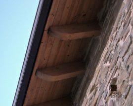 Fotografía de alero de panel de madera con núcleo aislante para cubierta.