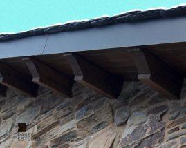 Remate protector del alero de panel de madera para cubiertas y tejados con núcleo aislante.