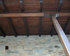 Tejado de panel de madera con aislamiento en núcleo acabado castaño para acceso a vivienda.