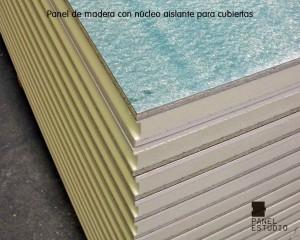 Panel de madera para tejado con núcleo aislante y tablero superior de aglomerado hidrófugo 19 mm. Detalle de machihembrado entre paneles.
