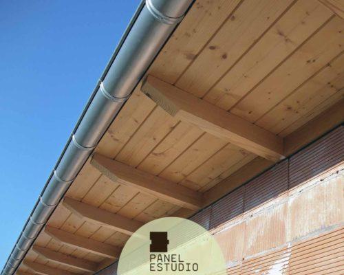 Alero de panel de madera de abeto barniz.