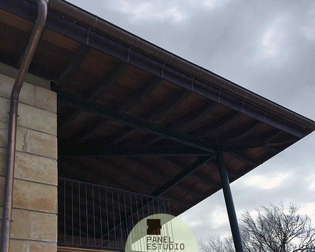 Madera de iroko para cubiertas, suelos y paredes. Panel sandwich de madera de iroko con núcleo aislante térmico y acústico.