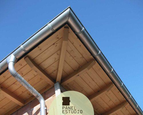Panel de friso madera abeto barnizado.