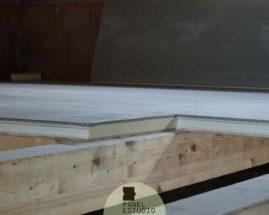 Panel entreplanta con núcleo aislante y friso abeto.