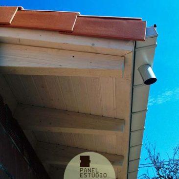 Elegante alero de cubierta con panel de madera.