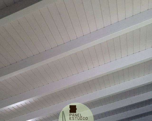 Drewniane stropy zawsze w modzie 7 ciekawych inspiracji for Panel sandwich aluminio blanco