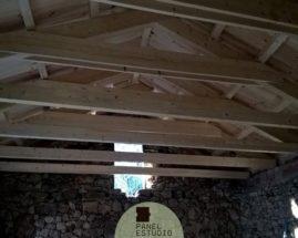 Tejado con aislante de panel sandwich de madera natural. Tejado aislante madera.