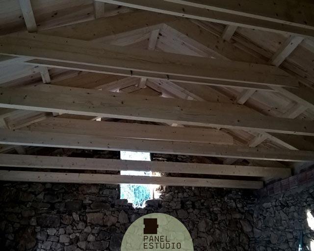 Tejado aislante madera natural vista desde el interior de for Tejados de madera vista