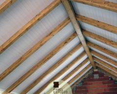 Interior techo blanco madera.