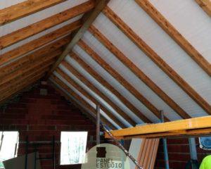 Obra techo blanco madera.