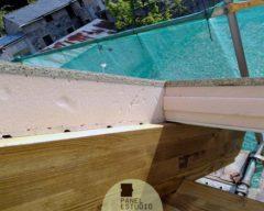 Vigas y panel de madera.